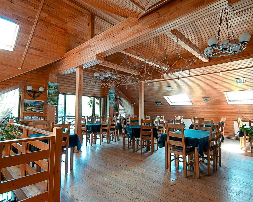 Просторный ресторан в отеле Лагуна