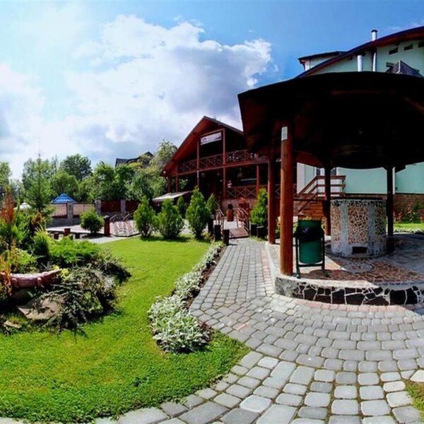 Доглянута територія готелю Лагуна Славське