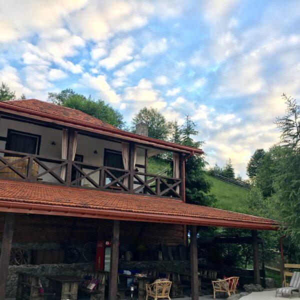 Красивая территория отеля Рандеву Славское