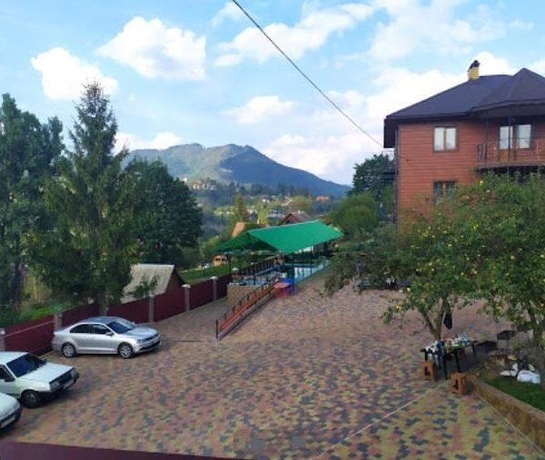 Красивая территория мини - отеля Аура Карпат