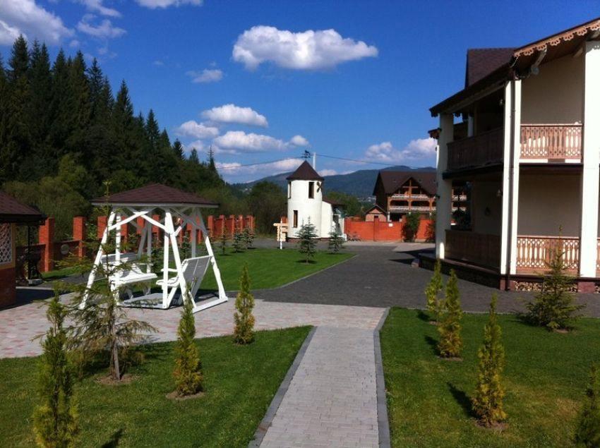 Ухоженная территория в отеле Золотая Подкова Славское