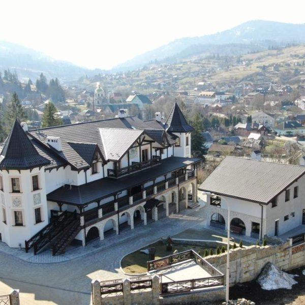 Большая территория отеля Двор Княжей Короны Славское