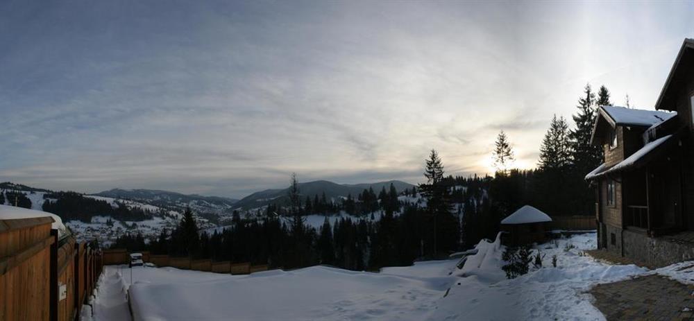 Зимовий краєвид в котеджі вілла Монте