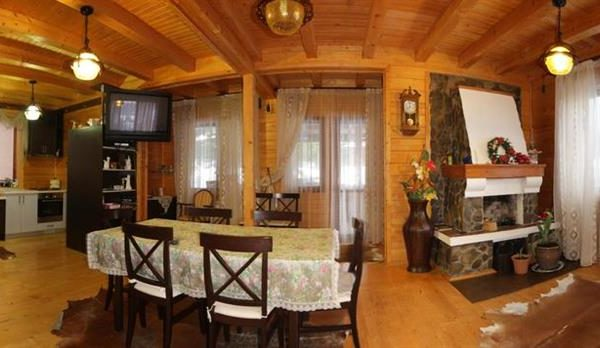 Обеденное место в коттедже вилла Монте Славское
