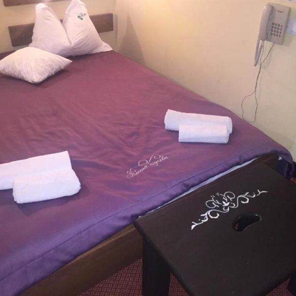 Двуспальная кровать в отеле Золотая Подкова