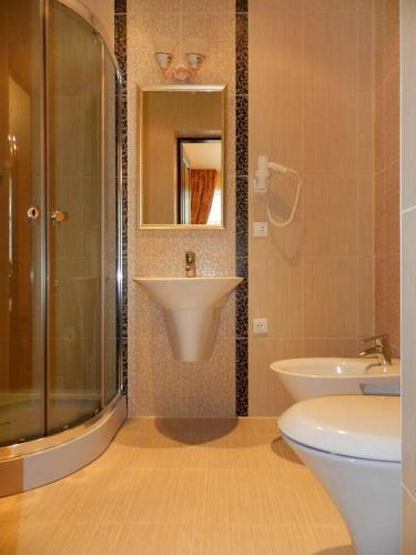 Собственный санузел в номере люкс отеля Золотая Подкова