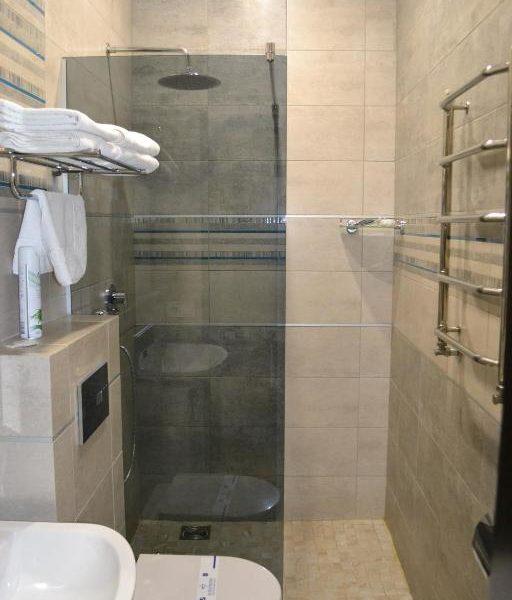 Современная ванная комната в отеле Двор Княжей Короны