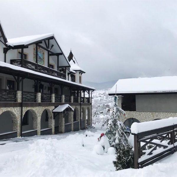 Зимовий вигляд готелю Двір Княжої Корони