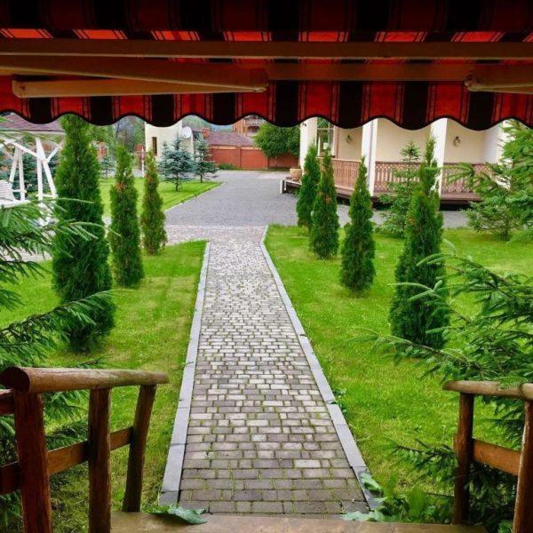 Зеленая территория отеля Золотая Подкова Славское
