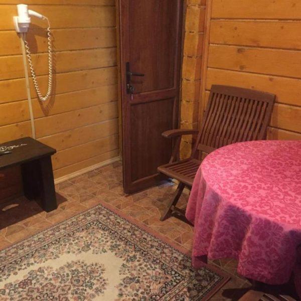 Круглий стіл в номері готелю Золота Підкова
