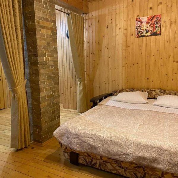 двуспальная кровать в вилле Альпийка Славское горы природа