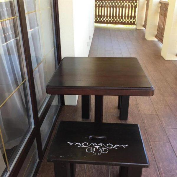 Столик для отдыха на террасе отеля Золотая Подкова