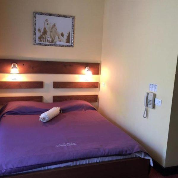 Большая двуспальная кровать в отеле Золотая Подкова