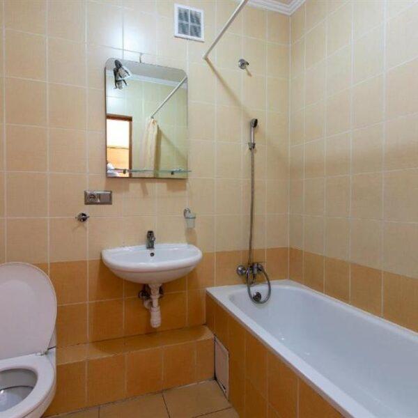 Світла ванна кімната в номері готель Терем
