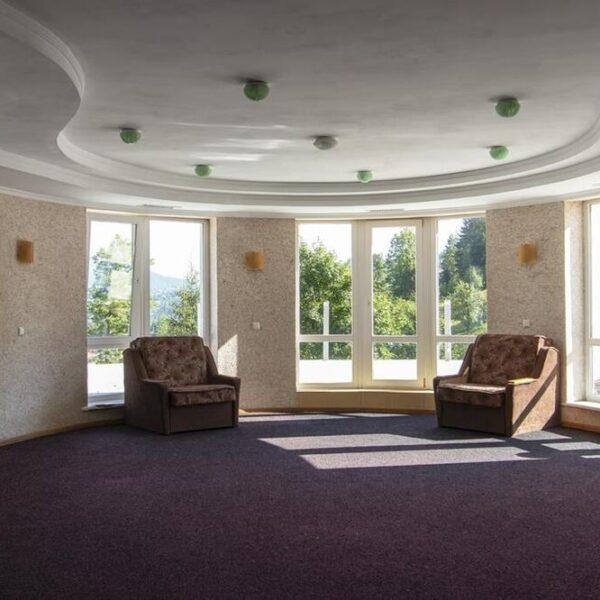 Понорамні вікна в холі готелю Терем