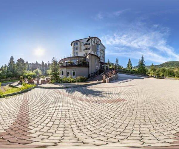 Большая территория отеля Терем