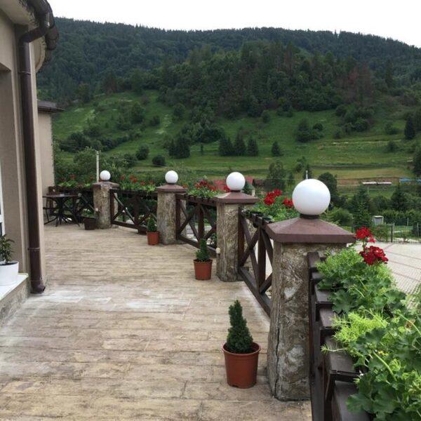 Вигляд на гори з балкону готелю Терем