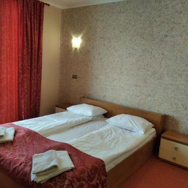 Двоспальне ліжко в готелі Терем