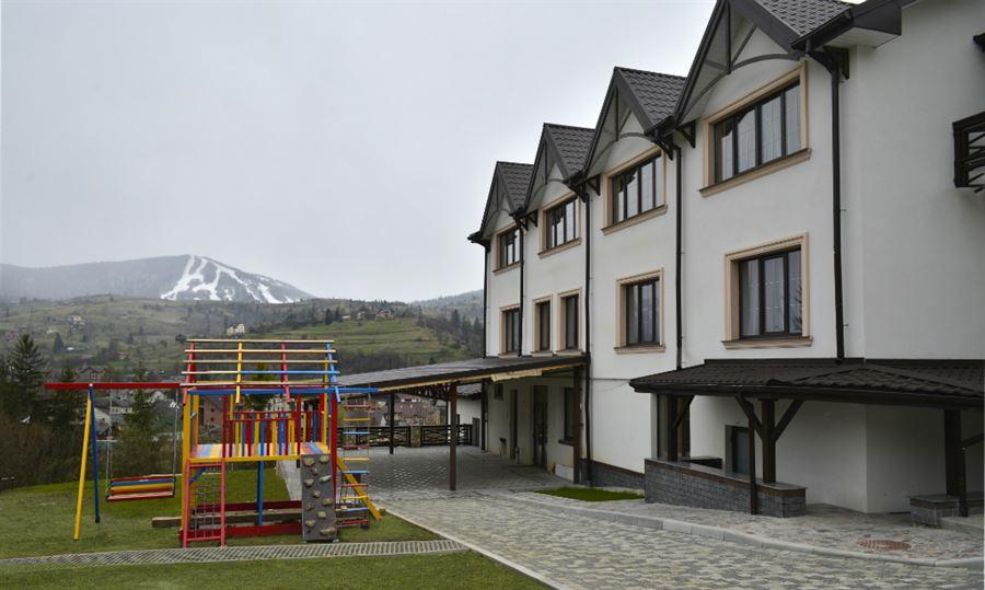 Дитячий майданчик на території готелю Двір Княжої Корони