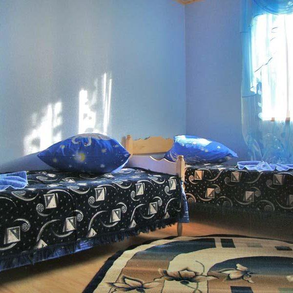 Уютный диван в мине - отеле Аура Карпат