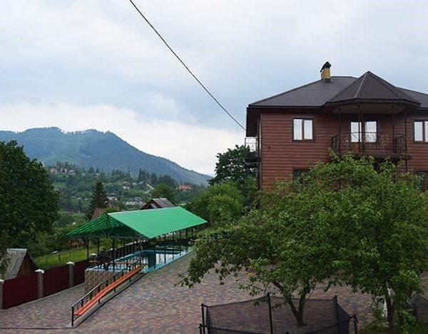 Красивий вид з вікна в готелі Аура Карпат Славське