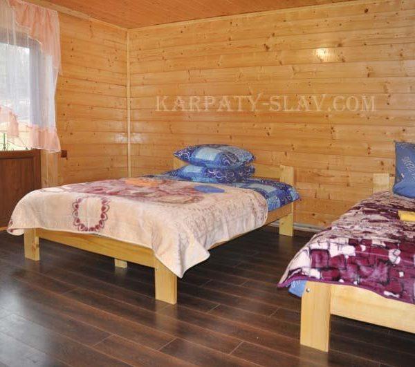 Односпальная кровать в отеле Аура Карпат