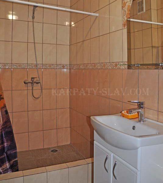 Зручна ванна кімната в готеліАура Карпат Славское