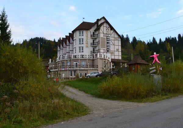 Дорога ведущая к отелю Терем