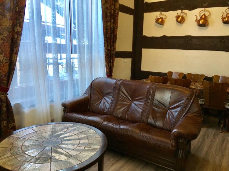 Шкіряний диван в готелі Рандеву Славське