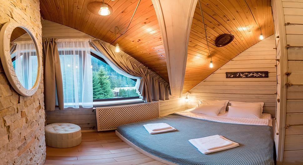 Двуспальная кровать в отеле Лесной маеток