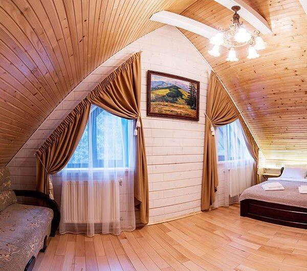 Велика спальня з розкладним диваном готель Лісовий маєток