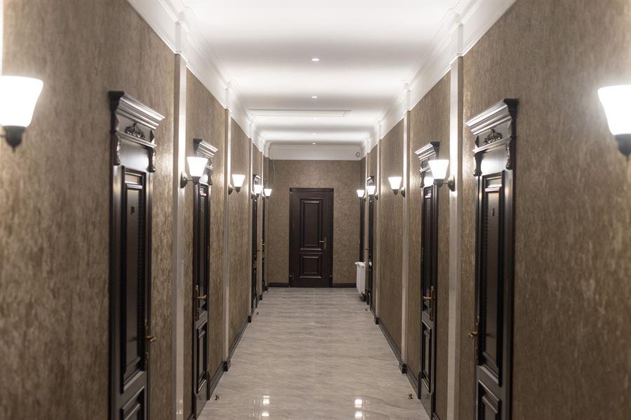 Просторий коридор в готелі Двір Княжої Корони