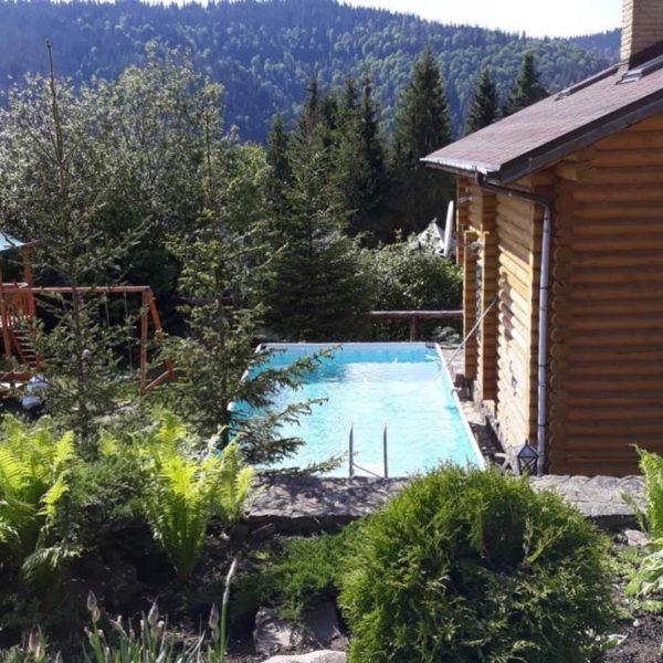 вид на открытый бассейн вилла Альпийка Славское