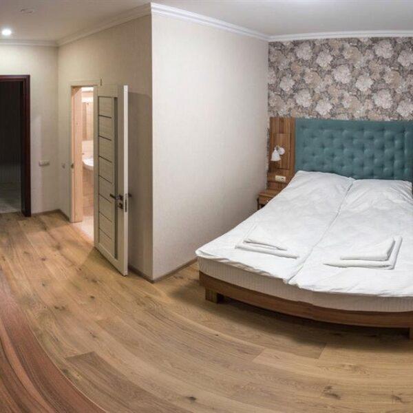 Білосніжне двоспальне ліжко в номері готель Рандеву