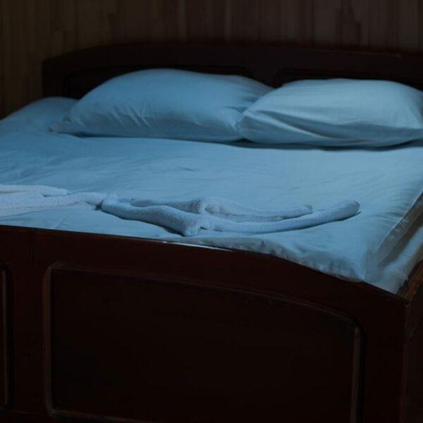 Двоспальне білосніжне ліжко в готелі Рандеву Славське