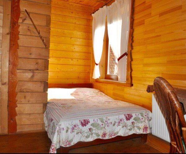 Двоспальне широке ліжко коло вікна в готелі Рандеву