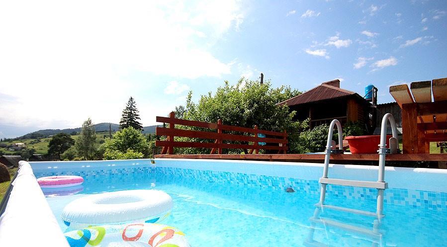 Летний бассейн в усадьбе «Горный свитанок»