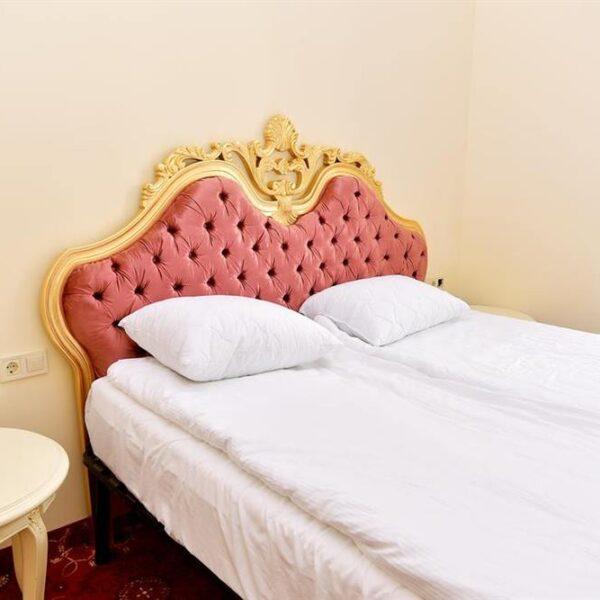 Королевская двуспальная кровать в номере санатория Лаяр Палас
