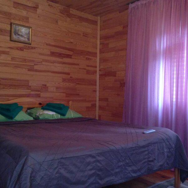 Большая кровать в номере санаторий Пролисок