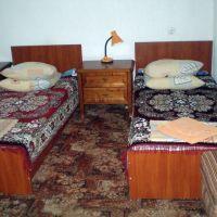 Кровать в номере санатория Шкло