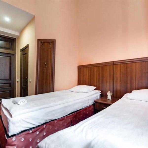 Уютная кровать в номере санаторий Лаяр Палас