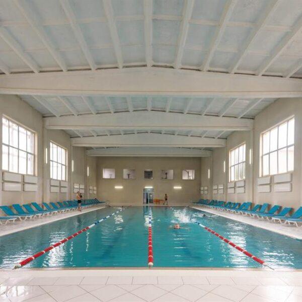 Современной бассейн в санатории Лаяр Палас
