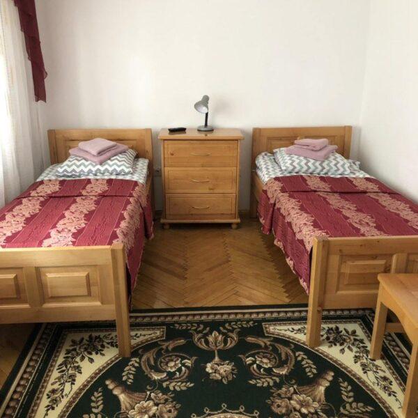Односпальні ліжка в номері санаторія Пролісок
