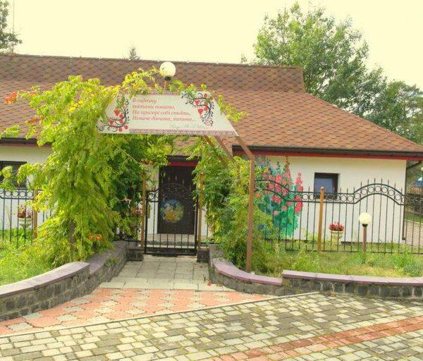Вхід в будинок санаторій Червона Калина