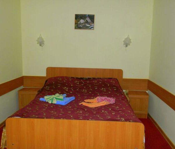 Двоспальне ліжко в номері санаторій Червона Калина