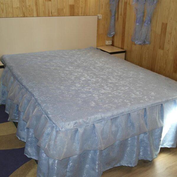 Велике ліжко в санаторії Червона калина