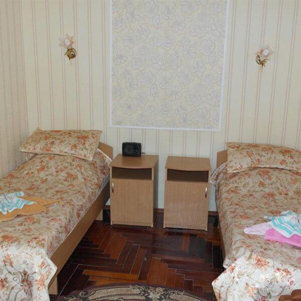 Односпальні ліжка в номері санаторій Червона Калина