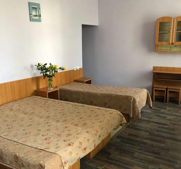 """Двоспальне ліжко в санаторії """"Медобори"""""""